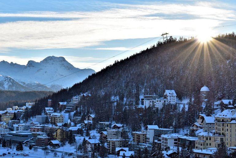 Montagne et chalet sous la neige en hiver